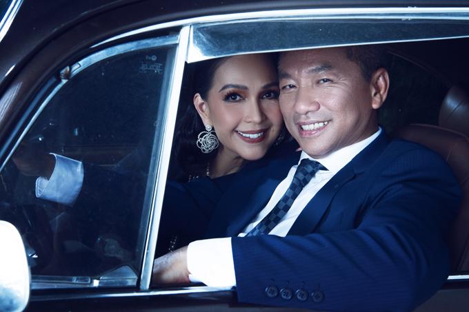 [Caption] Với nữ diễn viên, cuộc hôn nhân 25 năm qua không chỉ cho chị một gia đình tròn vẹn, hạnh phúc mà còn là chỗ dựa tinh thần quý giá sau những bộn bề của cuộc sống. Diễm My luôn cảm thấy may mắn khi có được hạnh phúc này.    Ngày 29/9 tới đây, nữ hoàng ảnh lịch - diễn viên Diễm My và ông xã doanh nhân Hà Tôn Đức sẽ tổ chức lễ kỷ niệm 25 năm ngày cưới. Với Diễm My, đây là một cột mốc quan trọng trong cuộc đời chị. Mối duyên với ông xã đã cho Diễm My một gia đình hạnh phúc, tròn vẹn với vai trò làm vợ, làm mẹ. Đồng thời, đây cũng là điểm tựa vững chắc cho chị trong nhiều năm qua.