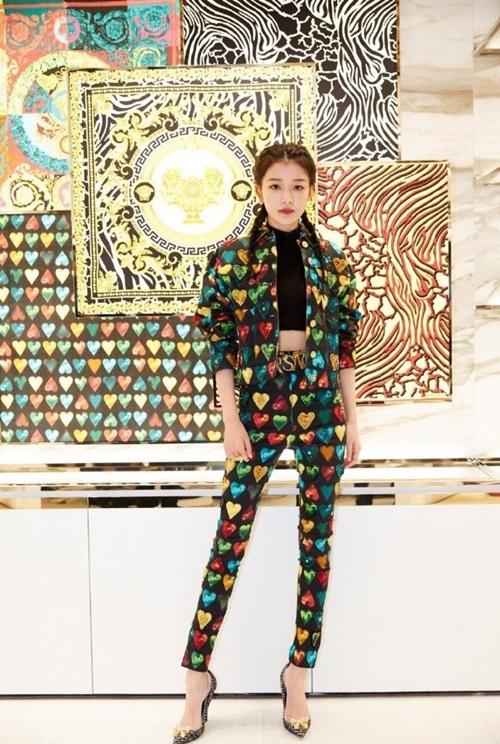 Tôn Di được khen xinh đẹp khikết hợp crop-top len cổ lọ với áo khoác và quần của Versace - hãng thời trang nổi tiếng của Italy - do nhà thiết kếGianni Versace sáng lập vào năm 1978