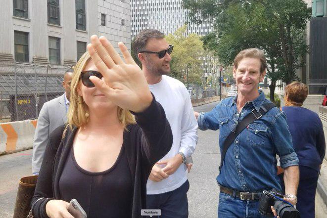 Bạn trai Jennifer (mặc áo trắng) đi cạnh một nhiếp ảnh gia và một người phụ nữ.