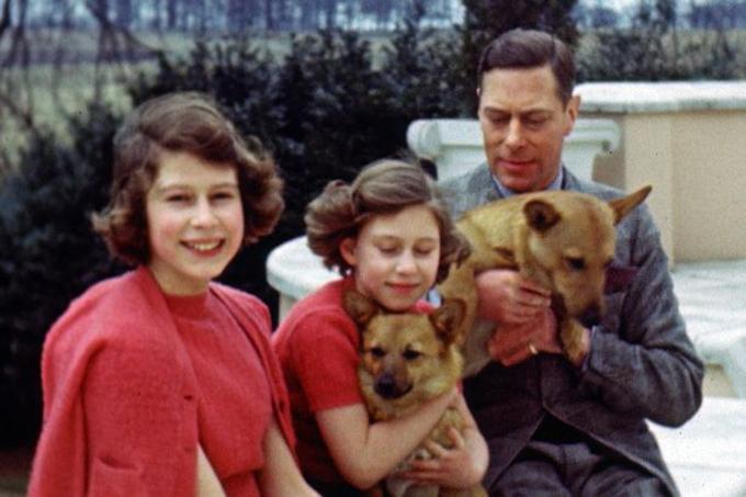 Vua George VI bên hai con gái, Elizabeth và Magaret. Ảnh: PA.
