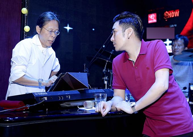 [Caption]Mỗi ca khúc đều được nhạc sĩ Nguyễn Quang hòa âm hoàn toàn mới, mang đến cho khán giả cảm giác thú vị qua những ca khúc hít của chính chủ nhân đêm nhạc cũng như của các khách mời trong chương trình.