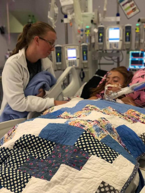 Lily được mẹ chăm sóc khi nằm ở bệnh viện tại bang Texas, Mỹsau khi hôn mê trong tuần qua. Ảnh: FB.