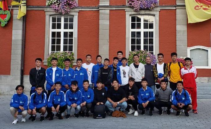 Công Phượng chụp ảnh lưu niệm cùng các thành viên U18 HAGL tại Sint-Truiden. Ảnh: FB.
