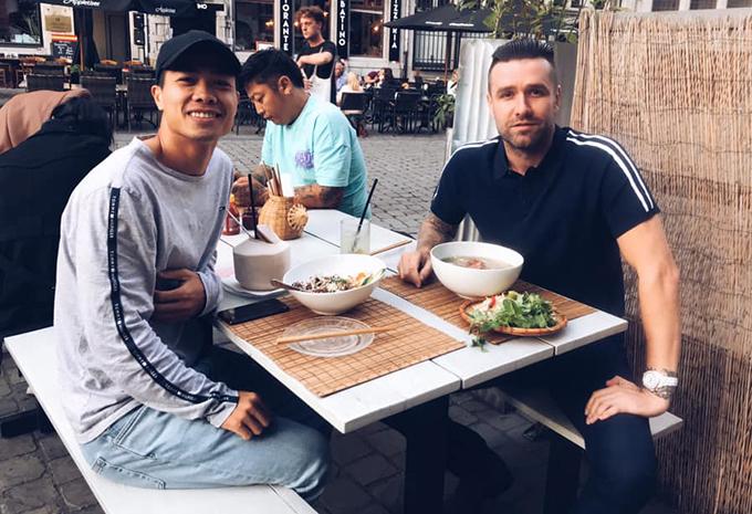 Công Phượng và Van Bakel gặp nhau ở Bỉ và cùng ăn phở. Ảnh: Instagram.