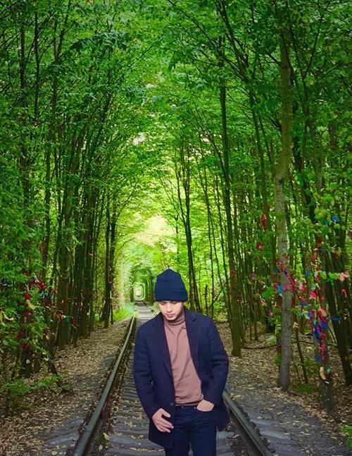Hồ Quang Hiếu pose hình trong chuyến du lịch Ukraina và suy tư: Năm tháng ấy, vì một người nói thích màu xanh mà đem lòng yêu luôn cả bầu trời.