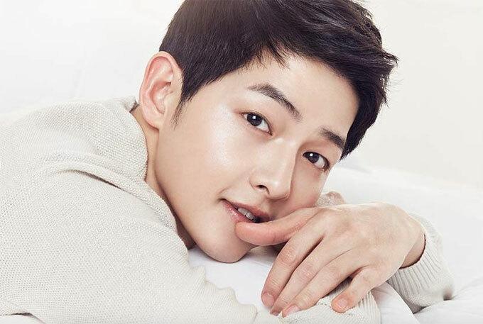 Người đàn ông đã kết hôn với Song Hye-kyo đã đề cập rằng bí mật về làn da sạch và sáng bóng của anh ấy là cách điều trị mà anh ấy áp dụng trước khi đi ngủ. Song Joong-ki thường rửa da bằng sữa vào ban đêm. Ông cũng ngăn ngừa da của mình khô bằng cách tránh máy sưởi.