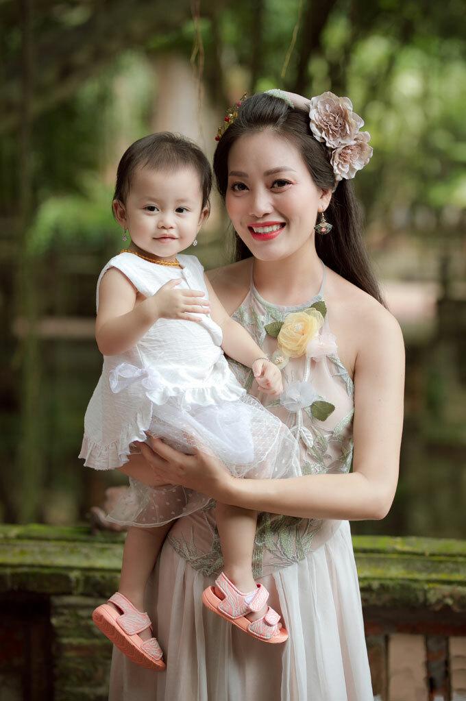 Bé Cún (tên thân mật của con gái Huyền Trang) rất ngoan và hợp tác trong suốt quá trình theo mẹ đi quay MV. Cô bé cũng tỏ ra dạn dĩ trước ống kính.