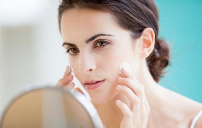 Thoa kem chống nắng là bước cần thiết với bất kỳ làn da nào.