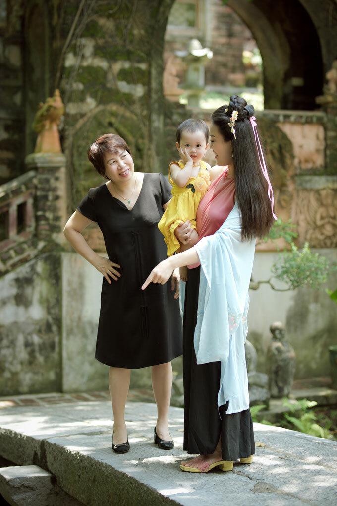 Bé Cún được bà chăm sóc khi mẹ bận quay MV. Trong thời gian nghỉ, Huyền Trang tranh thủ chơi với con.