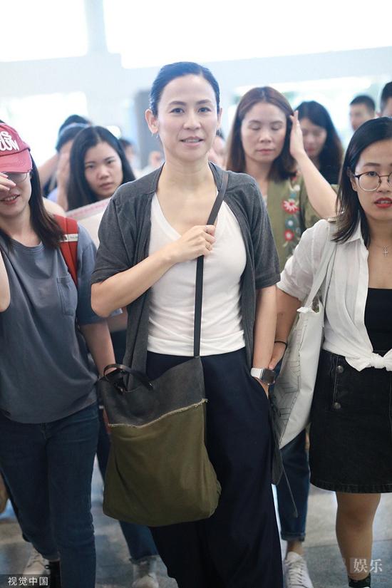 Tuyên Huyên xuất hiện tại sân bay ở Thượng Hải hôm 15/9, cô để mặt mộc, mặc đồ rộng rãi, thoải mái. Không giống các ngôi sao thường che chắn kín mít mỗi khi ra đường không make up, Tuyên Huyên vui vẻ giao lưu với khán giả với khuôn mặt mộc.