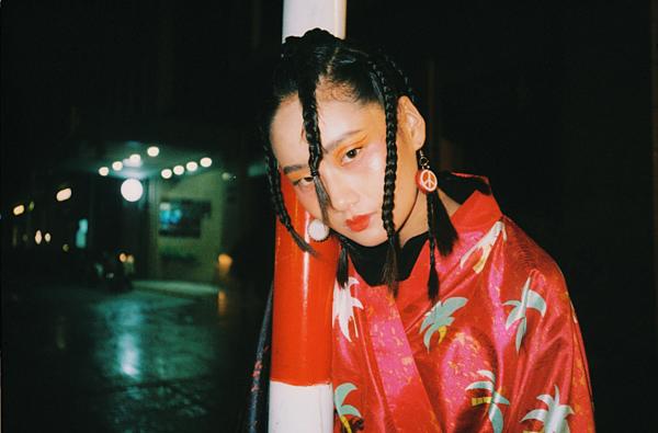 Lấy cảm hứng từ sắc đỏ, vàng - màu được coi là đem lại sự may mắn trong văn hóa phương Đông và biểu tượngGeisha của Nhật Bản, Nguyễn Thu Hương một lần nữa khắc họa hình ảnh nét cổ điển truyền thống xưa và sự tự do phóng khoáng của thế hệ mới bằng layout trang điểm nhấn vào đôi mắt kẻ liner mảnh giữa bầu mắt.
