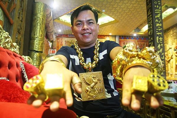 Phúc XO khoe đeo nhiều vàng nhất Sài Gòn.
