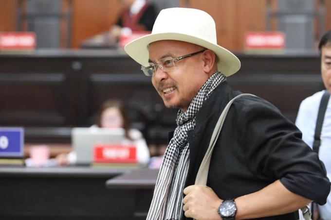 Ông Vũ nở nụ cười rời tòa khi HĐXX tuyên bố hoãn phiên phúc thẩm sáng 18/9. Ảnh: Thành Nguyễn.