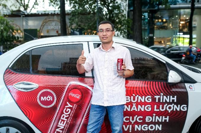 Theo đánh giá chung từ hành khách được nhận mẫu thử, nước tăng lực Coca Cola Energy có thiết kế rất hiện đại, nhỏ gọn vừa tay. Những làn sóng năng lượng nối tiếp nhau trên vỏ lon gây ấn tượng mạnh bởi sự năng động, trẻ trung,