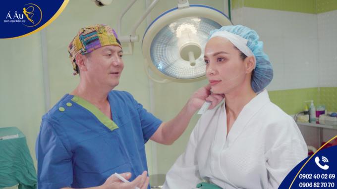 Thúy Hạnh được bác sĩ Phan Thanh Hào - Giám đốc Bệnh viện thẩm mỹ Á Âu - trực tiếp tư vấn và thực hiện căng da chỉ vàng 24K.