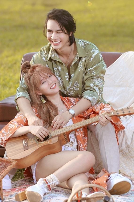 Nữ ca sĩ dành nhiều lời khen cho khả năng diễn xuất và tinh thần nhiệt huyết của bạn diễn kém tuổi.