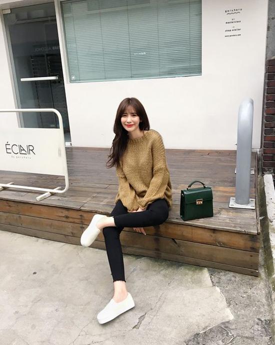 Set đồ cho các nàng văn phòng yêu sự đơn giản và tiện lợi với áo len, quần jeans dáng skinny.