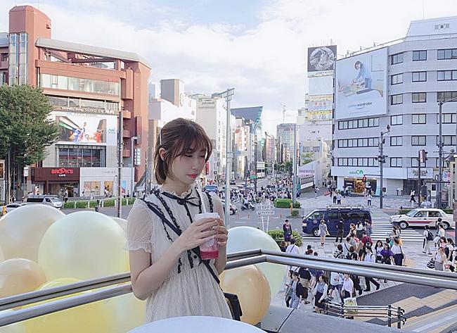 Chỉ vài tiếng sau khi MV lên sóng, tiệm trà sữa đã được các fan ở Nhật truy tìm tung tích và nhanh chân tới đây check in cho giống thần tượng. Thực khách đã phải xếp hàng khá lâu mới đến lượt vì cửa hàng không có nhiều nhân viên phục vụ.