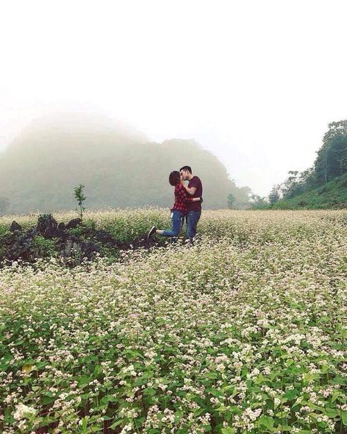 Nụ hôn đầu của uyên ương diễn ra tại cánh đồng tam giác mạch Hà Giang. Chúng tôi chạm nhẹ môi vì còn đầy ngại ngùng. Chụp ảnh xong, tôi ngượng chín cả mặt. Sau đó, lúc đi chơi, ai cũng tưởng chúng tôi đã yêu nhau lâu rồi vì thấy cả hai thân thiết quá, Đặng Hiền tiết lộ.