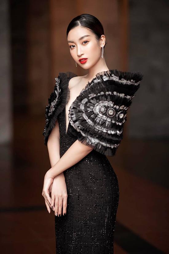Người đẹp chia sẻ đây là một trong những look cô ưng ý nhất từ trước tới giờ. Bởi bộ cánh thảm đỏ thiết kế vải tweed được trang trí lông vũ, voan lưới độc đáo.