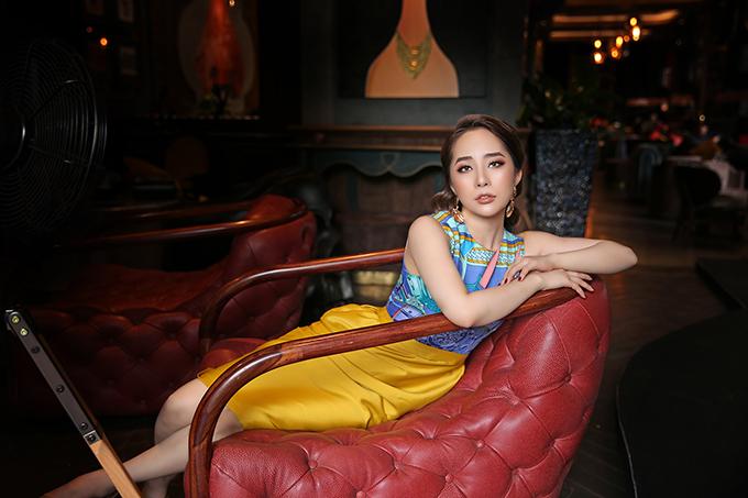 Chân váy bút chì kết hợp với áo không tay họa tiếtgiúp nữ diễn viên vừa thoải mái di chuyển vừa có thể diện trong nhiều hoàn cảnh khác nhau.