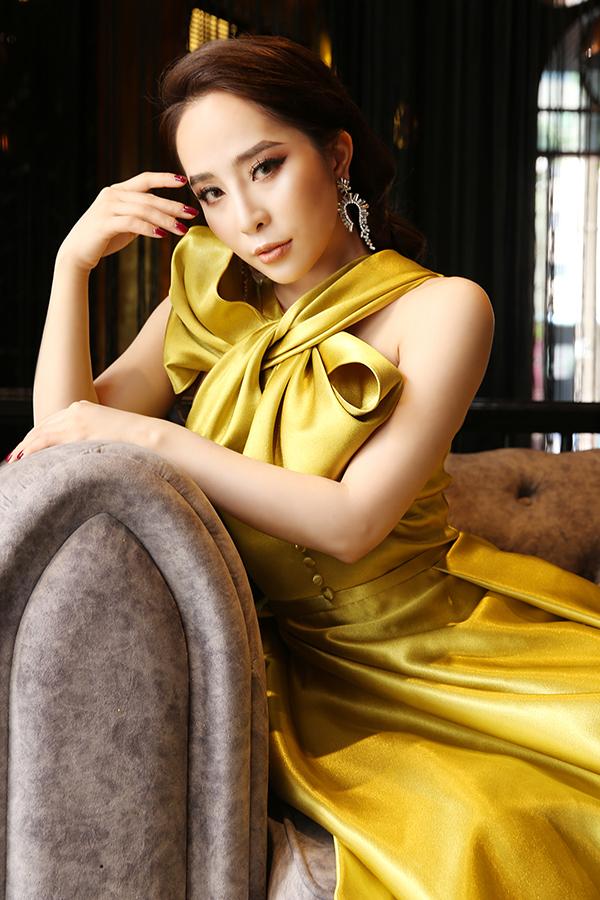 Nhà thiết kế Cao Minh Tiến vừa tung ra bộ sưu tập Lụa là với nhiều thiết kế nữ tính. Là bạn thân, Quỳnh Nga ngay lập tức đồng ý làm mẫu cho bộ ảnh mới của nhà thiết kế.