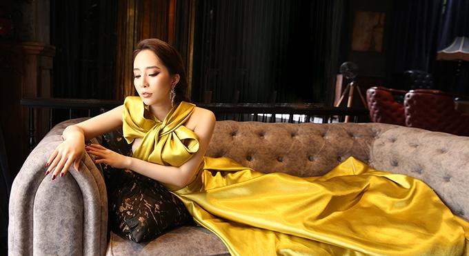 Váy dạ hội chất liệu satin màu vàng mù tạt là gợi ý giúp phái đẹp có được vẻ sang trọng, nổi bật tại những bữa tiệc tối.