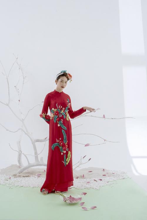 Mẫu áo nữ được điểm họa tiết hoa thêu, ruy băngchạy dài dọc thân, giúp cô dâu ăn gian chiều cao.