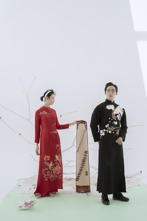 Họa tiết chim hạc, đôi cá chép trở thành cảm hứng sáng tạo chính cho Nguyễn Dương ởcặp áo dài này. Các mẫu áo đều mang phom dáng đơn giản, truyền thống, giúp người diện có cảm giác thoải mái.
