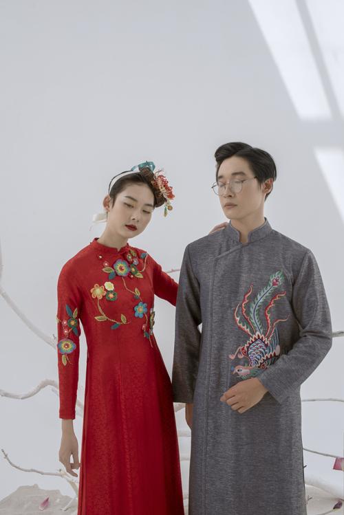 Gợi ý cuối cùng dành cho cô dâu chú rể là áo nam màu xám, áo nữ sắc đỏ. Sự kết hợp nàygiúp tôn vẻ khí khái, thư sinh ở tân lang và vẻ nữ tính, nhẹ nhàng của tân nương.