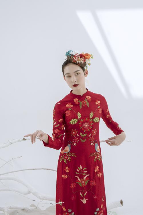 NTK vẽ nên khu vườn hoa đang độ xuân sắc ở tà áo dài, mang đến sự nữ tính cho cô dâu.