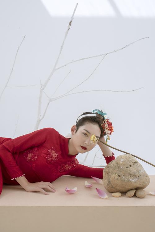 Mẫu áo dài nữ được điểm hạt ngọc nhỏ li ti nơi họa tiết, phần viền tay áo, tạo hiệu ứng bắt sáng.