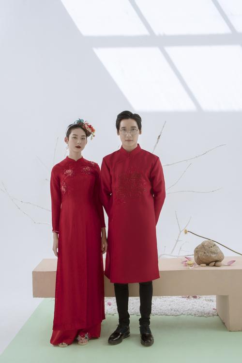 Nếu chuộng sự đơn giản, áo có hoa văn thêu nổi đồng màu vải sẽ là gợi ý cho bạn. Họa tiết trên thân áo nam là chữ hỷ, còn áo nữ là đóa hoa hồng.