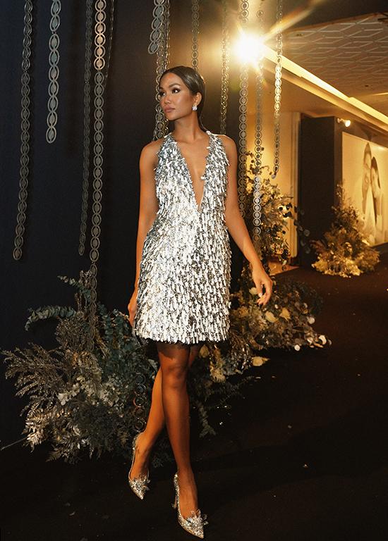 Các mẫu váy trong bộ sưu tập Thu Đông 2019 của Công Trí được dàn sao quốc tế và các người đẹp Việt ưa chuộng. Hoa hậu HHen Niê cũng chọn mẫu váy ánh kim để ghi điểm về phong cách thời trang.