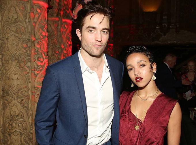 Trước khi yêu Shia, nữ ca sĩ gốc Jamaica từng nổi tiếng vì cuộc tình với tài tử Robert Pattinson. Hai ngôi sao đính hôn năm 2015 và lặng lẽ chia tay vào hè 2017. FKA đã phải chịu rất nhiều áp lực khi bị các fan của Pattinson chê bai, phản đối mối quan hệ tình cảm này.