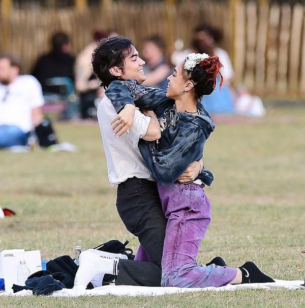 FKA Twigs và bạn trai mới vui đùa trong công viên ở London.