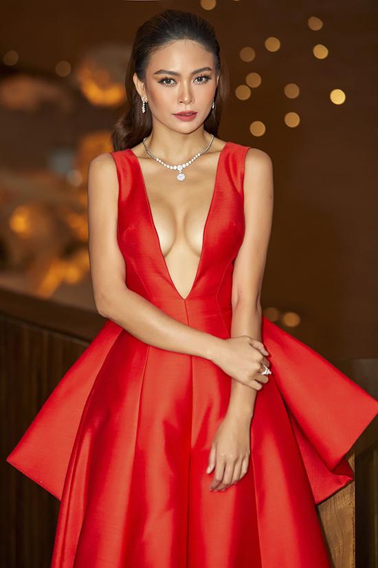 Á hậu Mâu Thuỷ cũng chọn nhiều trang phục của Công Trí để chưng diện trên thảm đỏ.