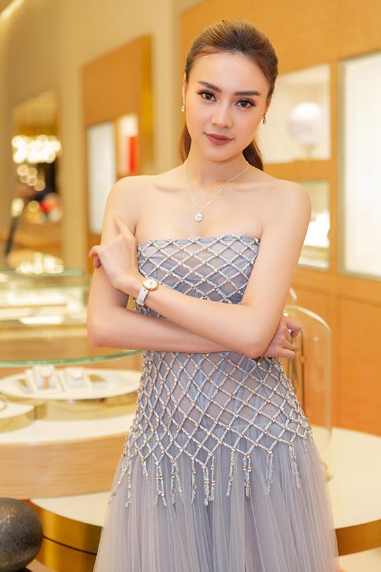 Diễn viên Lan Ngọc khoe vai trần trong thiết kế màu xanh xám khói được trang trí pha lê tỉ mỉ cho toàn bộ thân trên của váy.