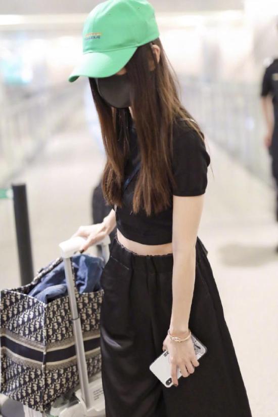Angelababy tới sân bay sau đó, cả hai dường như không biết về lịch trình của nhau.