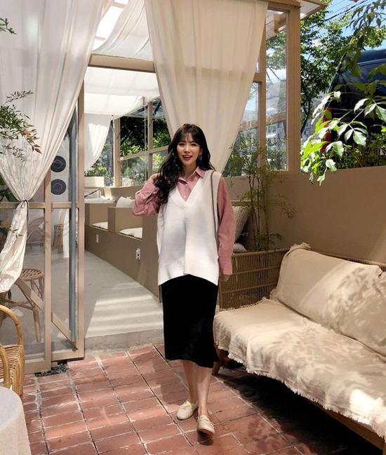 Sử dụng các kiểu áo len sát nách, áo free size cùng set đồ mùa hè là phong cách được nhiều fashionista Hàn Quốc ưa chuộng.