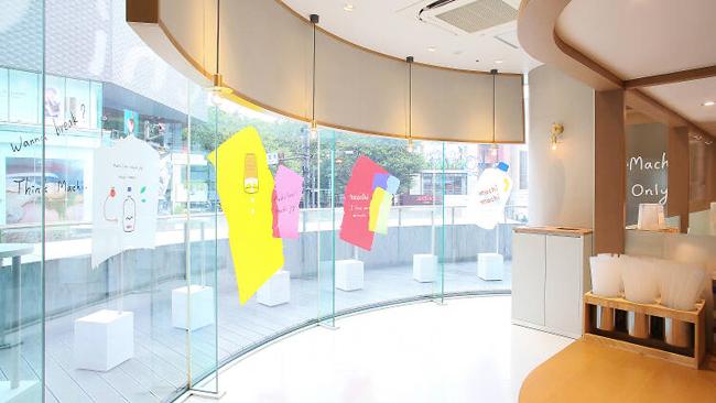 Tiệm trà sữa nằm trên tầng 2trung tâm thương mại Laforet Harajuku, đường Jingumae, quận Shibuya - một vị trí đắc địa và đắt đỏ tại Tokyo. Diện tích quán khá nhỏ nên hạn chế phục vụ khách ngồi tại chỗ mà ưu tiên mua mang về. Đổi lại, quán sở hữu view đẹp, thoáng rộng, phục vụ những ai thích check in. Phần lớn khách sẽ tạo dáng nhanh chóng và nhường lại vị trí cho những người tiếp theo.