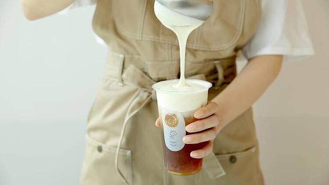 Làn sóng trà sữa kem phô mai được bắt nguồn từ Trung Quốc, sau đó lan sang Đài Loan và toàn châu Á trong vài năm gần đây. Thay vì pha trà với sữa thì loại đồ uống này chỉ bao gồm phần trà thuần túy ở phía dưới và phần kem phô mai chảy ở phía trên.