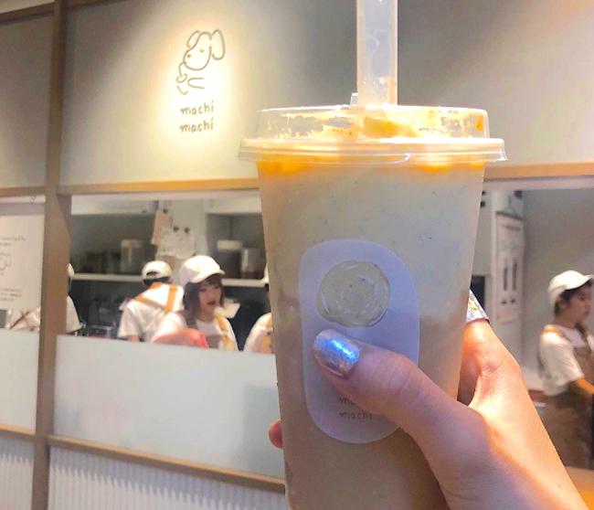 Góc làm việc của cô gái trong MV cũng trở thành background chụp ảnh yêu thích. Tiệm trà sữa mở cửa từ 11h đến 21h,nhận đơn cuốilúc 20h50.