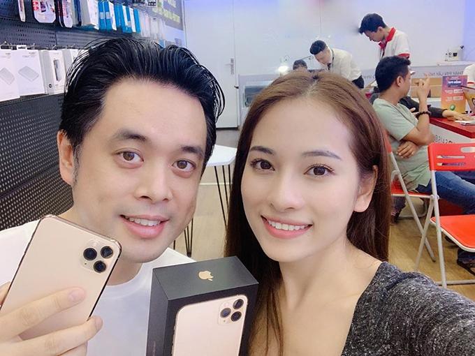 Nhạc sĩ Dương Khắc Linh khoe được vợ tặng iPhone 11: Quà vợ yêu tặng vì chăm chỉ và nấu ăn ngon. Mấy ngày nay coi clip về nó đam mê quá nhưng không hề biết phi vụ bất ngờ này của vợ. Vợ rủ qua đây gấp tưởng dán lại màn hình ai ngờ có quà khủng vậy luôn.