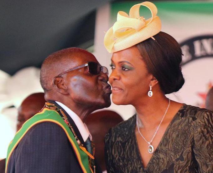 Cựu Tổng thống Mugabe hôn vợ trong một sự kiện mừng 37 năm độc lập Zimbabwe hồi năm 2017. Ảnh: Reuters.