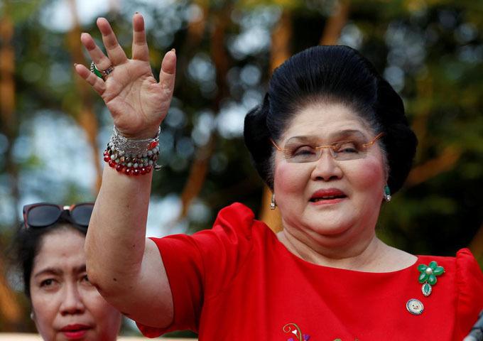 Bà Imelda vẫy tay chào người ủng hộ khi thông báo con trai tranh cử chức phó tổng thống Philippines hồi năm 2015. Ảnh: Reuters.