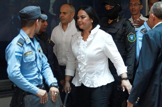 Cựu đệ nhất phu nhân Honduras Rosa Elena Bonilla (áo trắng) rời phiên tòa ở thủ đô Tegucigalpa hôm 20/8. Ảnh: Reuters.