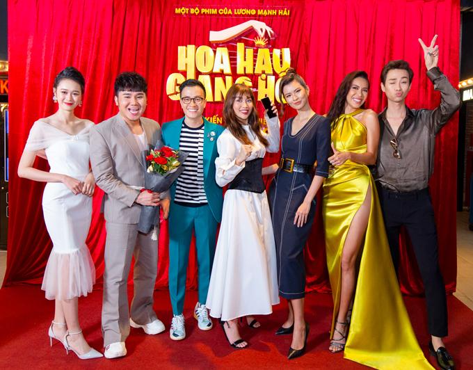 Dàn diễn viên chính cùng đạo diễn Lương Mạnh Hải trong họp báo. Phim còn có sự góp mặt của hơn 25 người mẫu khác.