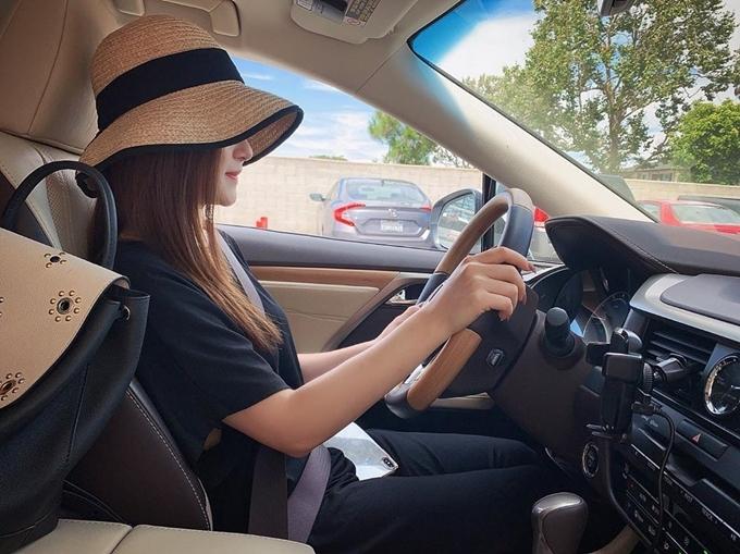 Hôm 13/9, Hương Tràm tự hào khoe đã thi đỗ bằng lái xe ở Mỹ. Ca sĩ Hàn Thái Tú từng chia sẻ, việc thi bằng lái ở Mỹ không đơn giản, riêng anh phải trải qua ba lần thi mới được cấp chứng chỉ.