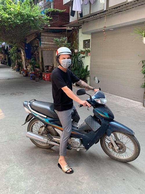 Hình ảnh đời thường giản dị của ca sĩ Khắc Việt khi mượn xe máy của bố chạy.